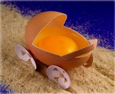 funny-easter-eggs-baby-strollers-egg-yolk-1